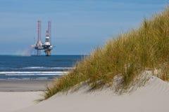 Dunas de arena con la hierba de la playa imágenes de archivo libres de regalías
