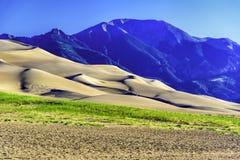 Dunas de arena con las montañas de Sangre de Cristo Fotografía de archivo libre de regalías
