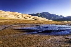Dunas de arena con las montañas de Sangre de Cristo Foto de archivo libre de regalías