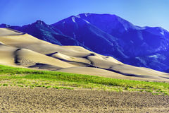 Dunas de arena con las montañas de Sangre de Cristo Fotos de archivo libres de regalías