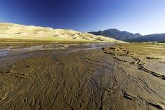 Dunas de arena con las montañas de Sangre de Cristo en el fondo Fotos de archivo libres de regalías