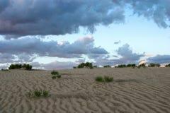 Dunas de arena con las nubes de tormenta Fotografía de archivo libre de regalías
