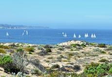 Dunas de arena de Monterey con los veleros a poca distancia de la costa Imagen de archivo