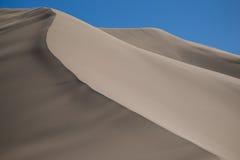 Dunas de arena en el desierto Fotografía de archivo libre de regalías