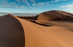 Dunas de arena en el ergio Chigaga con el cielo azul Foto de archivo libre de regalías