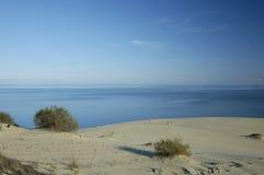 Dunas de arena en la escupida de Kurshskaya Fotografía de archivo