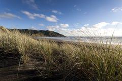 Dunas de arena en la playa de la puesta del sol Foto de archivo