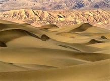 Dunas de arena en la salida del sol Imágenes de archivo libres de regalías