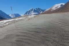 Dunas de arena en las montañas Foto de archivo libre de regalías