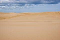 Dunas de arena enormes en la isla del norte Fotografía de archivo