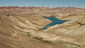 Dunas de arena, montañas nevosas con el lago azul en el centro almacen de metraje de vídeo