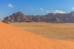 Dunas de arena rojas espectaculares en Wadi Rum Foto de archivo libre de regalías