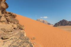 Dunas de arena rojas espectaculares en Wadi Rum Imágenes de archivo libres de regalías