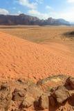 Dunas de arena rojas espectaculares en Wadi Rum Imagen de archivo