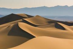 Dunas de arena sobre el cielo de la salida del sol Imagen de archivo