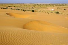 Dunas de arena, tienda blanca, dunas del SAM del desierto de Thar de la India con c Foto de archivo libre de regalías
