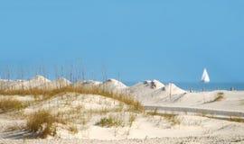 Dunas de arena y barco de vela Foto de archivo libre de regalías