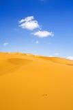 Dunas de arena y nubes de cúmulo Fotos de archivo libres de regalías