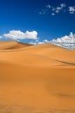 Dunas de arena y nubes de cúmulo Fotografía de archivo libre de regalías