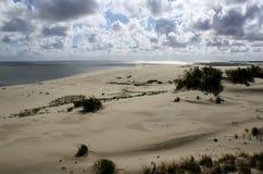 Dunas de arena y nubes hermosas, escupitajo de Curonian, Rusia fotos de archivo