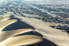 Dunas de arena y Shantytown Fotografía de archivo libre de regalías