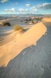 Dunas de Death Valley en luz de la puesta del sol Imágenes de archivo libres de regalías