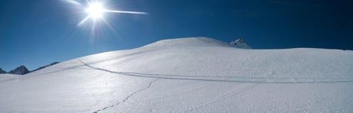 Dunas de la nieve en las montan@as Fotos de archivo libres de regalías