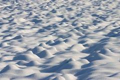 Dunas de la nieve en un campo del país Imagen de archivo libre de regalías