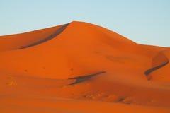 Dunas del desierto de la arena de África en la puesta del sol Fotografía de archivo libre de regalías