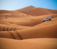 Dunas del jeep y del desierto Foto de archivo