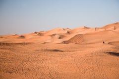 Dunas do deserto, um veículo fora de estrada imagens de stock royalty free