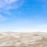 Dunas e céu de areia imagem de stock royalty free