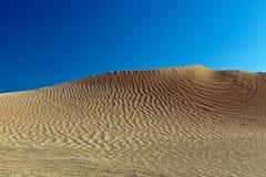 Dunas e continente africano norte do deserto quente o maior do deserto de Sahara dos barkhans de Tunes Fotografia de Stock Royalty Free