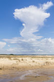 Dunas e formação bonita da nuvem na cidade de Tavare Fotografia de Stock