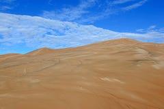 Dunas e nuvens de areia com céus azuis Imagens de Stock