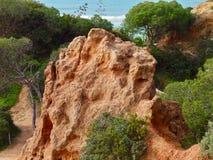 Dunas e rochas bonitas no praia a Dinamarca Falesia em Albufeira em Portugal fotografia de stock