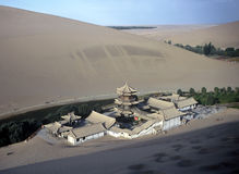 Dunas e templo, China Fotografia de Stock