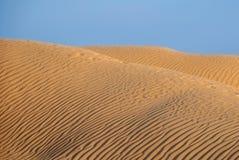 Dunas grabadas en relieve en el desierto Foto de archivo