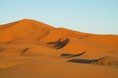 Dunas hermosas del desierto de la arena en desierto del Sáhara Imagen de archivo