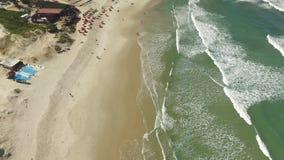 Dunas no dia ensolarado - praia da vista aérea de Joaquina - Florianopolis - Santa Catarina - Brasil Em julho de 2017 video estoque