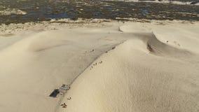 Dunas no dia ensolarado - praia da vista aérea de Joaquina - Florianopolis - Santa Catarina - Brasil Em julho de 2017 vídeos de arquivo