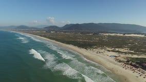 Dunas no dia ensolarado - praia da vista aérea de Joaquina - Florianopolis - Santa Catarina - Brasil Em julho de 2017 filme