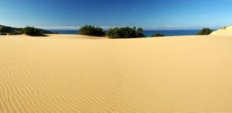 Dunas surpreendentes na praia de Piscinas foto de stock