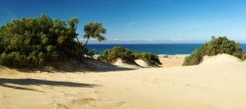 Dunas surpreendentes na praia de Piscinas fotografia de stock
