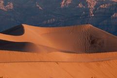 Dunas y montañas de arena del Mesquite en Death Valley Fotos de archivo libres de regalías