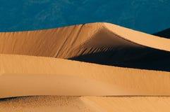 Dunas y montañas de arena del Mesquite en Death Valley Foto de archivo libre de regalías