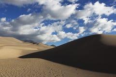 Dunas y nubes, grandes dunas de arena Foto de archivo