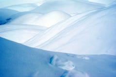 Dunas y pasos de la nieve en una mañana del invierno adentro Fotos de archivo libres de regalías