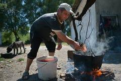 Dunavatu de Jos, Rumänien, Augusti 8, 2016: Fiskare som lagar mat den catched fisken arkivbild