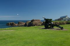 Dunbar Harbour. 25 under QF Mark 11 artillery field gun overlooking the entrance to Dunbar Harbour in East Lothian, Scotland. Situated at the mouth of the Firth Stock Image